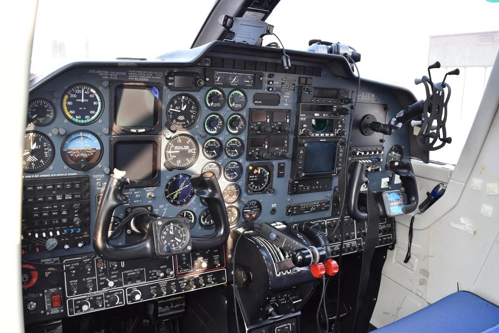 Tri lietadla_BN-2T-4S Defender YL-FBI kokpit