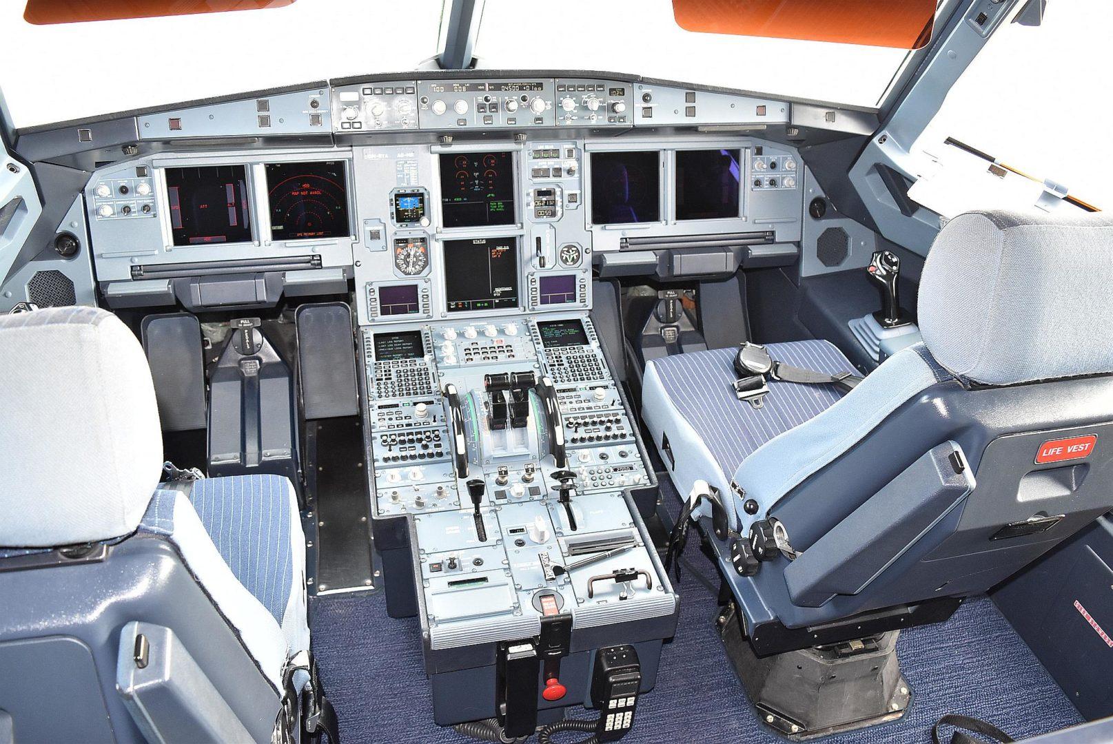 Vládne špeciály_A319 OM-BYA Cokpit